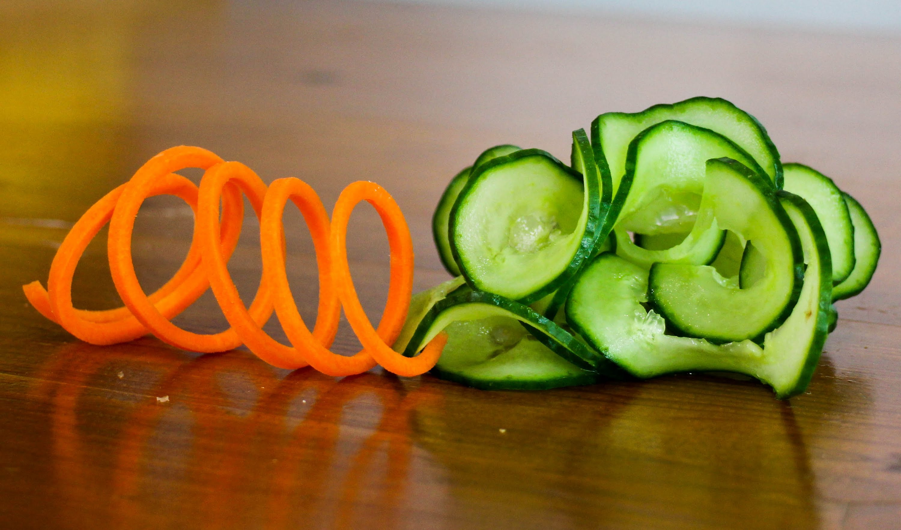 Culinary school – How to make carrot slinky and cucumber