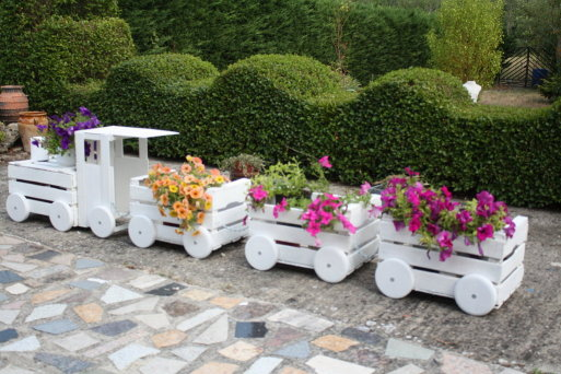 Train planters out of old crates how to instructions for Arreglar jardin abandonado