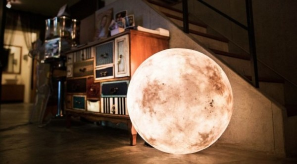 Luna - The Ultimate Lamp That Looks Like a Moon 1