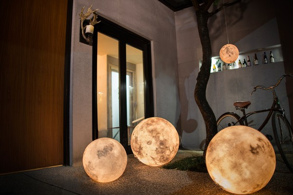 Luna - The Ultimate Lamp That Looks Like a Moon 4