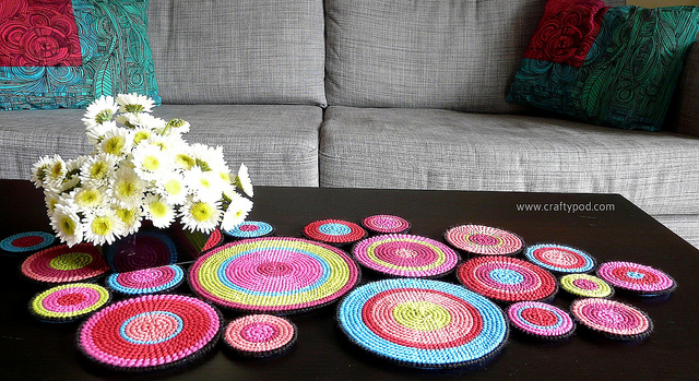 how-to-make-a-table-runner-from-plastic-canvas-circles